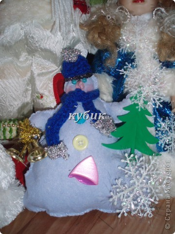 вот такого снеговика я сшила на Рождество, идею и выкройку взяла у ЛЕПЫ_Алены, мне он очень понравился. но решила его немного изменить и приодеть, вот , что вышло:)))))))Аленочка, огромное, огромное тебе спасибо за идеи и выкройки!!!!!!!!Спасибо всем, кто к нам заглянул!!!!!! фото 1