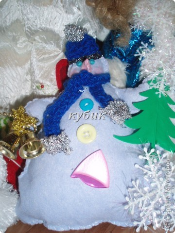 вот такого снеговика я сшила на Рождество, идею и выкройку взяла у ЛЕПЫ_Алены, мне он очень понравился. но решила его немного изменить и приодеть, вот , что вышло:)))))))Аленочка, огромное, огромное тебе спасибо за идеи и выкройки!!!!!!!!Спасибо всем, кто к нам заглянул!!!!!! фото 2