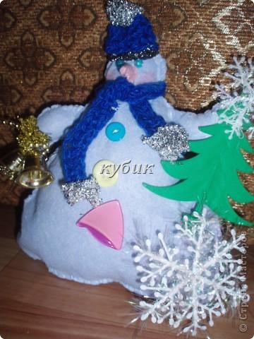 вот такого снеговика я сшила на Рождество, идею и выкройку взяла у ЛЕПЫ_Алены, мне он очень понравился. но решила его немного изменить и приодеть, вот , что вышло:)))))))Аленочка, огромное, огромное тебе спасибо за идеи и выкройки!!!!!!!!Спасибо всем, кто к нам заглянул!!!!!! фото 3