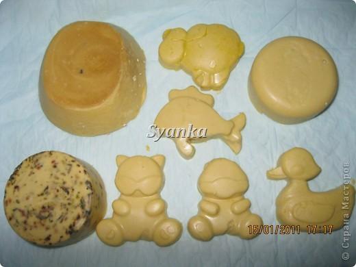Первый слева с мёдом. Второй кусок мыла с Чередой. Состав: Детское мыло Зайчик-3 шт, Облепиховое масло- 3ст л. Молоко 200г Добавка: Мёд, Череда.