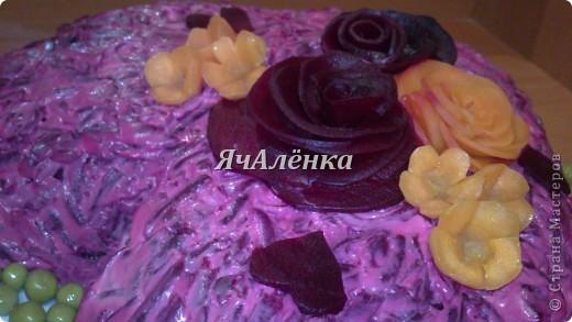 """Салат """"подсолнух""""  Состав:  Грудка куриная отварная - 200 г,  жаренные шампиньоны - 200 г,  яйца вареные - 3 шт,  сыр - 100 г,  желток - 3 шт,  маслины без косточек  чипсы """"Принглс""""  Приготовление:  Салат укладываем слоями, каждый слой покрывая майонезом, в следующей последовательности: 1) измельченная куриная грудка 2) жаренные шампиньоны 3) тертые яйца на крупной терке 4) сыр, тертый на крупной терке 5) желтки, раздавленные вилкой (поливать майонезом ЭТОТ слой не надо)  Режем маслины на 4 части и сверху укладываем на салат. салат убрать в холодильник на 12 часов, перед подачей на стол по краям салата разложить чипсы в форме подсолнуха и в серединку посыпать тертый желток. Я случайно истратила весь желток))), поэтому не посыпала в конце.  фото 4"""
