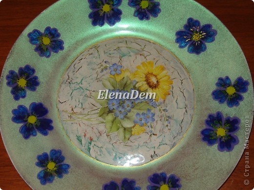 Тарелка, обратный декупаж, цветочки тоже нарисованы с изнаночной стороны. С этой тарелочки можно кушать. фото 3