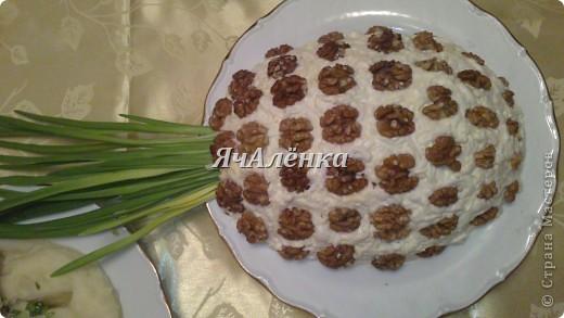 """Салат """"подсолнух""""  Состав:  Грудка куриная отварная - 200 г,  жаренные шампиньоны - 200 г,  яйца вареные - 3 шт,  сыр - 100 г,  желток - 3 шт,  маслины без косточек  чипсы """"Принглс""""  Приготовление:  Салат укладываем слоями, каждый слой покрывая майонезом, в следующей последовательности: 1) измельченная куриная грудка 2) жаренные шампиньоны 3) тертые яйца на крупной терке 4) сыр, тертый на крупной терке 5) желтки, раздавленные вилкой (поливать майонезом ЭТОТ слой не надо)  Режем маслины на 4 части и сверху укладываем на салат. салат убрать в холодильник на 12 часов, перед подачей на стол по краям салата разложить чипсы в форме подсолнуха и в серединку посыпать тертый желток. Я случайно истратила весь желток))), поэтому не посыпала в конце.  фото 5"""