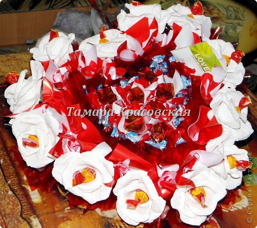 Конфет на много гривен :)  И символ любви, да ещё и цветы! Вот вам и подарок любимому/любимой фото 1