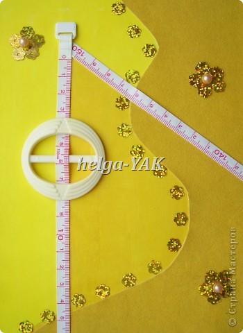 http://stranamasterov.ru/node/131341 Ещё открытка для рукодельницы. Круг-пряжка. Треугольник из узкой сантиметровой ленты из сломавшейся рулетки-сантиметра. Три цветочка из пайеток, в середине бусинки. Всё приклеено на двухсторонний скотч. фото 1