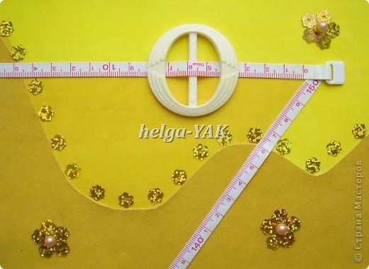 http://stranamasterov.ru/node/131341 Ещё открытка для рукодельницы. Круг-пряжка. Треугольник из узкой сантиметровой ленты из сломавшейся рулетки-сантиметра. Три цветочка из пайеток, в середине бусинки. Всё приклеено на двухсторонний скотч. фото 2