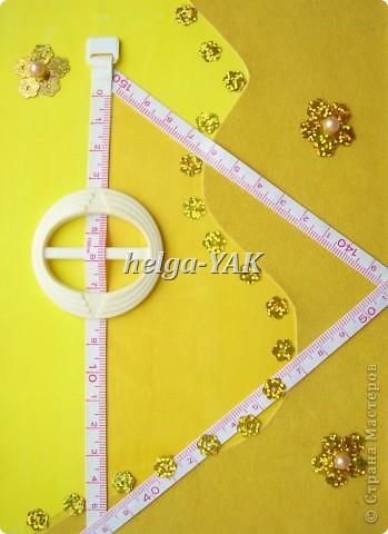 http://stranamasterov.ru/node/131341 Ещё открытка для рукодельницы. Круг-пряжка. Треугольник из узкой сантиметровой ленты из сломавшейся рулетки-сантиметра. Три цветочка из пайеток, в середине бусинки. Всё приклеено на двухсторонний скотч. фото 3