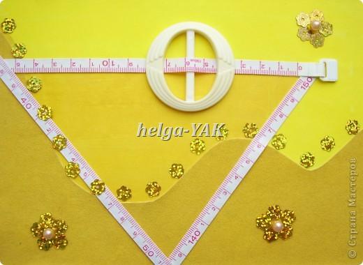 http://stranamasterov.ru/node/131341 Ещё открытка для рукодельницы. Круг-пряжка. Треугольник из узкой сантиметровой ленты из сломавшейся рулетки-сантиметра. Три цветочка из пайеток, в середине бусинки. Всё приклеено на двухсторонний скотч. фото 4