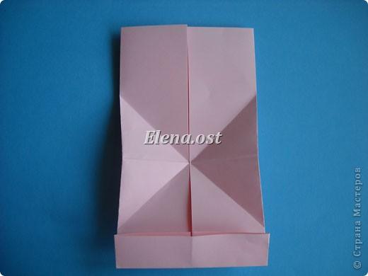 При копировании статьи, целиком или частично, пожалуйста, указывайте активную ссылку на источник! http://stranamasterov.ru/user/9321 http://stranamasterov.ru/node/144100 Сумочка-валентинка в технике оригами - отличный вариант праздничной упаковки для подарка. Бумага (лучше взять упаковочную красочную), ленточка и клей - материалы необходимые для создания праздничной упаковки ко дню Валентина, на 8 Марта, на день рождения, день свадьбы или др. знаменательное событие. фото 13