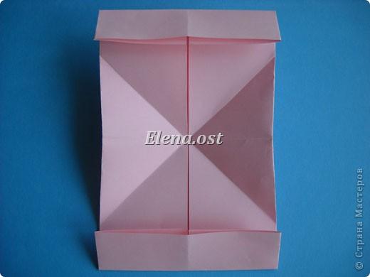 При копировании статьи, целиком или частично, пожалуйста, указывайте активную ссылку на источник! http://stranamasterov.ru/user/9321 http://stranamasterov.ru/node/144100 Сумочка-валентинка в технике оригами - отличный вариант праздничной упаковки для подарка. Бумага (лучше взять упаковочную красочную), ленточка и клей - материалы необходимые для создания праздничной упаковки ко дню Валентина, на 8 Марта, на день рождения, день свадьбы или др. знаменательное событие. фото 14