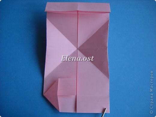 При копировании статьи, целиком или частично, пожалуйста, указывайте активную ссылку на источник! http://stranamasterov.ru/user/9321 http://stranamasterov.ru/node/144100 Сумочка-валентинка в технике оригами - отличный вариант праздничной упаковки для подарка. Бумага (лучше взять упаковочную красочную), ленточка и клей - материалы необходимые для создания праздничной упаковки ко дню Валентина, на 8 Марта, на день рождения, день свадьбы или др. знаменательное событие. фото 15