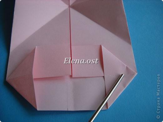 При копировании статьи, целиком или частично, пожалуйста, указывайте активную ссылку на источник! http://stranamasterov.ru/user/9321 http://stranamasterov.ru/node/144100 Сумочка-валентинка в технике оригами - отличный вариант праздничной упаковки для подарка. Бумага (лучше взять упаковочную красочную), ленточка и клей - материалы необходимые для создания праздничной упаковки ко дню Валентина, на 8 Марта, на день рождения, день свадьбы или др. знаменательное событие. фото 17