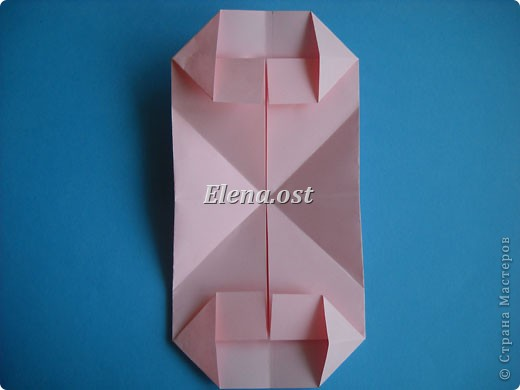 При копировании статьи, целиком или частично, пожалуйста, указывайте активную ссылку на источник! http://stranamasterov.ru/user/9321 http://stranamasterov.ru/node/144100 Сумочка-валентинка в технике оригами - отличный вариант праздничной упаковки для подарка. Бумага (лучше взять упаковочную красочную), ленточка и клей - материалы необходимые для создания праздничной упаковки ко дню Валентина, на 8 Марта, на день рождения, день свадьбы или др. знаменательное событие. фото 18
