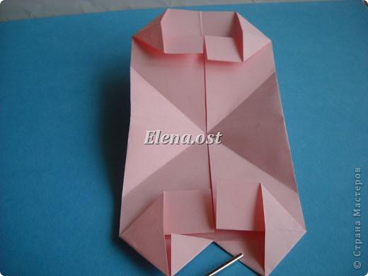 При копировании статьи, целиком или частично, пожалуйста, указывайте активную ссылку на источник! http://stranamasterov.ru/user/9321 http://stranamasterov.ru/node/144100 Сумочка-валентинка в технике оригами - отличный вариант праздничной упаковки для подарка. Бумага (лучше взять упаковочную красочную), ленточка и клей - материалы необходимые для создания праздничной упаковки ко дню Валентина, на 8 Марта, на день рождения, день свадьбы или др. знаменательное событие. фото 20