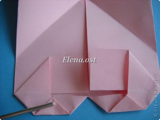При копировании статьи, целиком или частично, пожалуйста, указывайте активную ссылку на источник! http://stranamasterov.ru/user/9321 http://stranamasterov.ru/node/144100 Сумочка-валентинка в технике оригами - отличный вариант праздничной упаковки для подарка. Бумага (лучше взять упаковочную красочную), ленточка и клей - материалы необходимые для создания праздничной упаковки ко дню Валентина, на 8 Марта, на день рождения, день свадьбы или др. знаменательное событие. фото 21