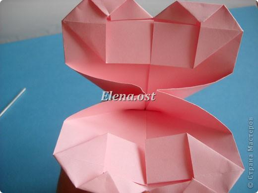 При копировании статьи, целиком или частично, пожалуйста, указывайте активную ссылку на источник! http://stranamasterov.ru/user/9321 http://stranamasterov.ru/node/144100 Сумочка-валентинка в технике оригами - отличный вариант праздничной упаковки для подарка. Бумага (лучше взять упаковочную красочную), ленточка и клей - материалы необходимые для создания праздничной упаковки ко дню Валентина, на 8 Марта, на день рождения, день свадьбы или др. знаменательное событие. фото 22
