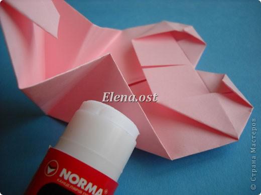 При копировании статьи, целиком или частично, пожалуйста, указывайте активную ссылку на источник! http://stranamasterov.ru/user/9321 http://stranamasterov.ru/node/144100 Сумочка-валентинка в технике оригами - отличный вариант праздничной упаковки для подарка. Бумага (лучше взять упаковочную красочную), ленточка и клей - материалы необходимые для создания праздничной упаковки ко дню Валентина, на 8 Марта, на день рождения, день свадьбы или др. знаменательное событие. фото 24