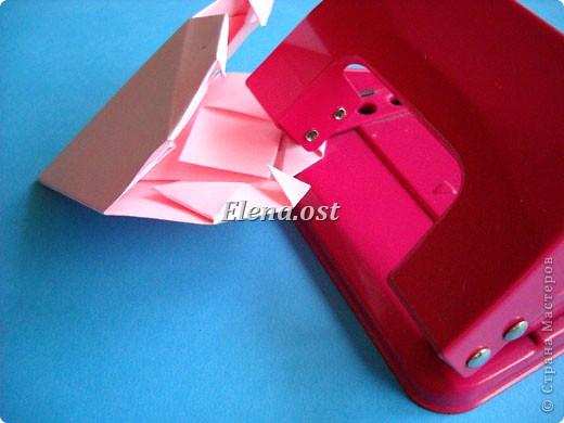 При копировании статьи, целиком или частично, пожалуйста, указывайте активную ссылку на источник! http://stranamasterov.ru/user/9321 http://stranamasterov.ru/node/144100 Сумочка-валентинка в технике оригами - отличный вариант праздничной упаковки для подарка. Бумага (лучше взять упаковочную красочную), ленточка и клей - материалы необходимые для создания праздничной упаковки ко дню Валентина, на 8 Марта, на день рождения, день свадьбы или др. знаменательное событие. фото 26
