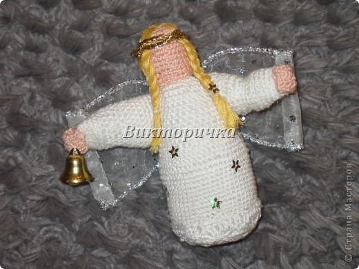 Эту поделку я сделала ещё к 2006 Новому году. Украсила пайетками, колокольчиком и крылышками из подарочной тесьмы. Вот такой ангелочек - девочка получилась!