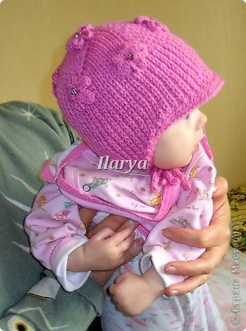Честно сознаюсь: идея не совсем моя. Лет пять назад видела в какой-то газете, тогда вязала такую шапку для старшей дочки. Теперь пришел черед младшей, попыталась воспроизвести, а чтобы не забыть, пошагово засняла процесс. (Не удивляйтесь, что разные цвета готового и рабочего образцов: сначала связала шапочку дочке, потом по просьбе подруги вязала шапку её сыну, и вот процесс её создания и снимала)  фото 1