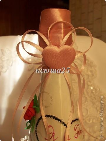 Вот такую бутылочку я сделала на День Св.Валентина.Бант чуть на бочок -это так задумано. Ленты разной длины.а в сердцах слово любовь на многих языках мира!!!  фото 5