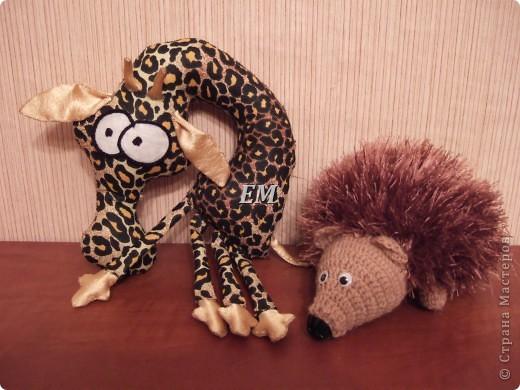 Ежа давно просил младший сын - получился носатый немного, но ёж всё-равно полюбился....а за жирафа спасибо Ирине http://stranamasterov.ru/node/144542. Правда он делался в четвёртом часу ночи - поэтому ноги я ему набить забыла))) но зато так прикольнее - они мнутся во все стороны)))
