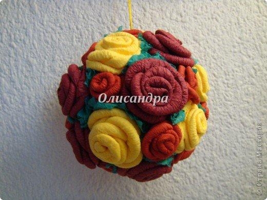 Сделала розовое дерево... https://stranamasterov.ru/node/144894 ...и так мне понравилось крутить розочки, что не могу остановиться... Это первый розовый шар..., по моей задумке их будет три...Результат покажу позже, т.к. последний шарик еще в проекте... фото 25