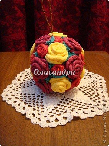 Сделала розовое дерево... https://stranamasterov.ru/node/144894 ...и так мне понравилось крутить розочки, что не могу остановиться... Это первый розовый шар..., по моей задумке их будет три...Результат покажу позже, т.к. последний шарик еще в проекте... фото 2