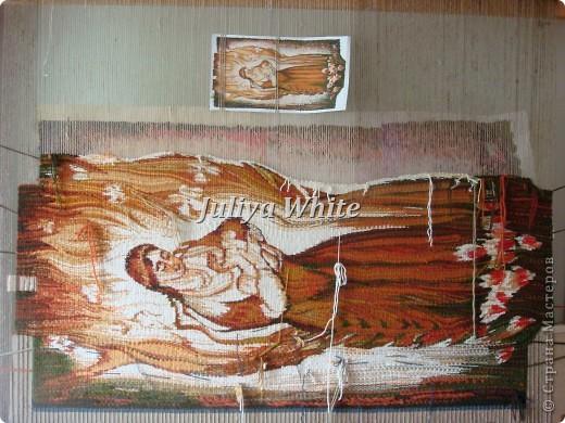 Вид творчества: ткачество Материалы: деревянная рама, шерстяные нити, шпагат, вилка(для прибивки нити утка))  фото 9