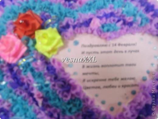 на гипсовую основу техникой торцевания наклеваем цветную гофробумагу, розочки из цветной бумаги и поздравление фото 2
