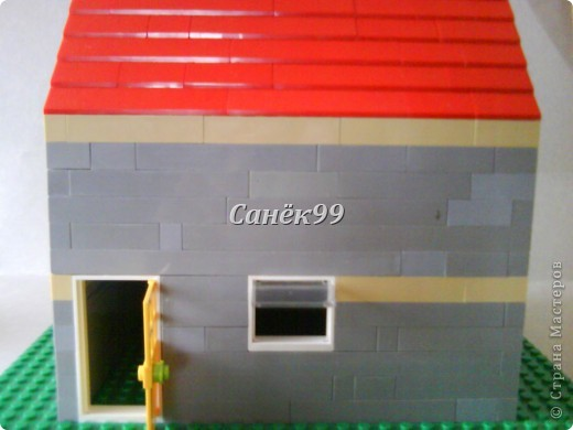 У этого дома открывается дверь и окно. фото 2