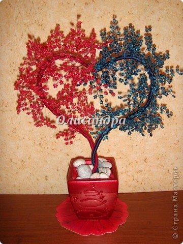 """Сегодня, в День Святого Валентина...вслед за """"сердечным деревом"""", которое  """"родилось"""" ночью , утром очень быстро """"родились"""" и соответствующие  стихи... ********************************************* Два сердца слИлись воедино...  В этот прекрасный зимний день Святого """"парня"""" Валентина Всем миром чествуем теперь.  Любви друг друг мы желаем, Подругам, близким и родным, Но, все о том мы забываем, Что посвящен он ,лишь, двоим...  Двоим, кто этим сердцем связан Сегодня, завтра и всегда... Прекрасный праздник ВСЕХ ВЛЮБЛЕННЫХ Промчится с нами сквозь года...  ********************************************* А теперь мастер-класс, как всегда, длинный и нудный... Не умею выбирать главное... Мне кажется, что главное ...ВСЕ... Я покажу, а Вы сами решите, что из этого Вам пригодится...  Продолжение здесь... http://stranamasterov.ru/node/150524 Там, в самом конце... указано необходимое кол-во материалов..  фото 1"""
