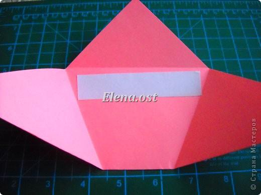 При копировании статьи, целиком или частично, пожалуйста, указывайте активную ссылку на источник! http://stranamasterov.ru/user/9321 http://stranamasterov.ru/node/152999 Открытка-сумочка в технике оригами -- очень удобный вариант поздравления. В сумочку можно положить небольшой сувенир и сладкий подарок. Открытку можно украсить различными декоративными элементами. фото 15