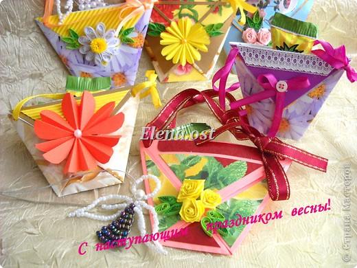 При копировании статьи, целиком или частично, пожалуйста, указывайте активную ссылку на источник! http://stranamasterov.ru/user/9321 http://stranamasterov.ru/node/152999 Открытка-сумочка в технике оригами -- очень удобный вариант поздравления. В сумочку можно положить небольшой сувенир и сладкий подарок. Открытку можно украсить различными декоративными элементами. фото 29
