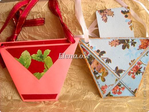 При копировании статьи, целиком или частично, пожалуйста, указывайте активную ссылку на источник! http://stranamasterov.ru/user/9321 http://stranamasterov.ru/node/152999 Открытка-сумочка в технике оригами -- очень удобный вариант поздравления. В сумочку можно положить небольшой сувенир и сладкий подарок. Открытку можно украсить различными декоративными элементами. фото 3
