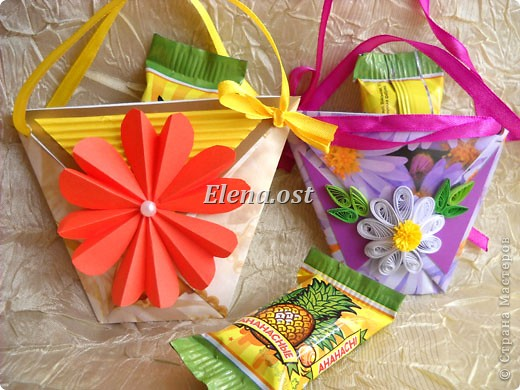 При копировании статьи, целиком или частично, пожалуйста, указывайте активную ссылку на источник! http://stranamasterov.ru/user/9321 http://stranamasterov.ru/node/152999 Открытка-сумочка в технике оригами -- очень удобный вариант поздравления. В сумочку можно положить небольшой сувенир и сладкий подарок. Открытку можно украсить различными декоративными элементами. фото 4