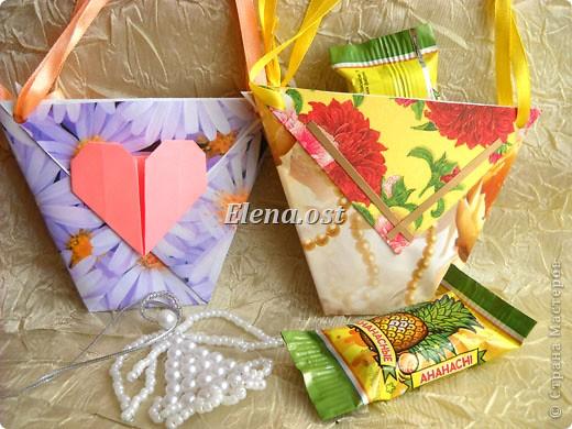 При копировании статьи, целиком или частично, пожалуйста, указывайте активную ссылку на источник! http://stranamasterov.ru/user/9321 http://stranamasterov.ru/node/152999 Открытка-сумочка в технике оригами -- очень удобный вариант поздравления. В сумочку можно положить небольшой сувенир и сладкий подарок. Открытку можно украсить различными декоративными элементами. фото 6
