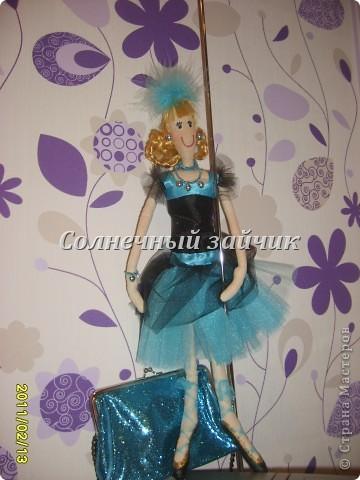 Вот такая куколка сшилась из остатков. Сшила дочери на новый год юбку - американку, осталось немного сетки, ленточек.