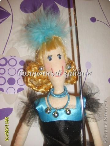 Вот такая куколка сшилась из остатков. Сшила дочери на новый год юбку - американку, осталось немного сетки, ленточек. фото 3