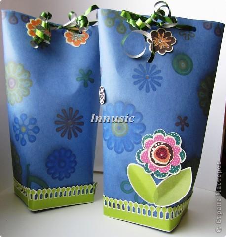 Вот такие у меня получились упаковочки для подарков любимым мужчинам. На картоне распечатала цветочный принт (взяла из скрап набора), украсила небольшим количеством цветочного декора и завязала ленточкой. фото 1