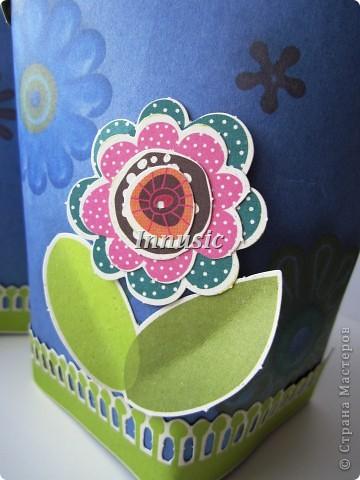 Вот такие у меня получились упаковочки для подарков любимым мужчинам. На картоне распечатала цветочный принт (взяла из скрап набора), украсила небольшим количеством цветочного декора и завязала ленточкой. фото 2
