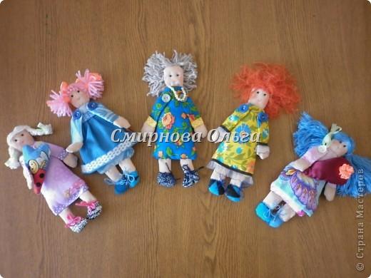 """Вот такие куклы-поздравлялки на вешалке """"сшились"""" у меня. Мы всегда желаем своим знакомым и родным, близким и любимым всегда одни и те же слова. Так почему бы не подарить этих куколок и сопровождать их появление словами: Эта куколка - на счастье, эта -на удачу, эта кукла- на здоровье. Эта - на успех. Ну а эта, пятая, пусть  приносит радость, доброту и смех! фото 10"""