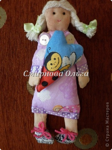 """Вот такие куклы-поздравлялки на вешалке """"сшились"""" у меня. Мы всегда желаем своим знакомым и родным, близким и любимым всегда одни и те же слова. Так почему бы не подарить этих куколок и сопровождать их появление словами: Эта куколка - на счастье, эта -на удачу, эта кукла- на здоровье. Эта - на успех. Ну а эта, пятая, пусть  приносит радость, доброту и смех! фото 11"""
