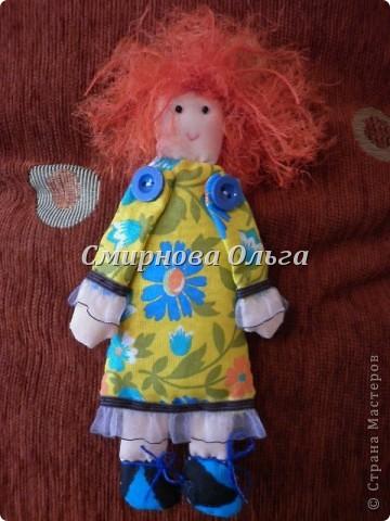 """Вот такие куклы-поздравлялки на вешалке """"сшились"""" у меня. Мы всегда желаем своим знакомым и родным, близким и любимым всегда одни и те же слова. Так почему бы не подарить этих куколок и сопровождать их появление словами: Эта куколка - на счастье, эта -на удачу, эта кукла- на здоровье. Эта - на успех. Ну а эта, пятая, пусть  приносит радость, доброту и смех! фото 14"""