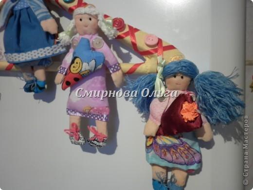 """Вот такие куклы-поздравлялки на вешалке """"сшились"""" у меня. Мы всегда желаем своим знакомым и родным, близким и любимым всегда одни и те же слова. Так почему бы не подарить этих куколок и сопровождать их появление словами: Эта куколка - на счастье, эта -на удачу, эта кукла- на здоровье. Эта - на успех. Ну а эта, пятая, пусть  приносит радость, доброту и смех! фото 24"""