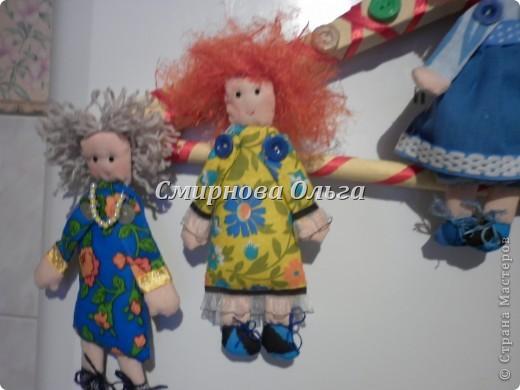 """Вот такие куклы-поздравлялки на вешалке """"сшились"""" у меня. Мы всегда желаем своим знакомым и родным, близким и любимым всегда одни и те же слова. Так почему бы не подарить этих куколок и сопровождать их появление словами: Эта куколка - на счастье, эта -на удачу, эта кукла- на здоровье. Эта - на успех. Ну а эта, пятая, пусть  приносит радость, доброту и смех! фото 26"""