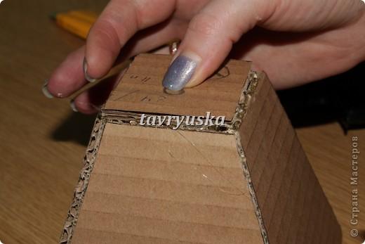 С тех пор как я увлеклась холодным фарфором,мне стало не хватать вазочек,пришлось мастерить)) Так вот ,нам понадобится ненужная коробка и клей. Вырезаем 4 одинаковые детали и одно дно фото 5