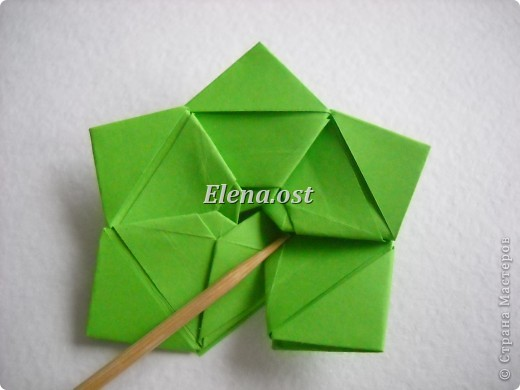Кусудама Enrica. 60 модулей. Собираем 12 цветов-звездочек на клей по пять модулей. При квадрате 5Х5 см размер кусудамы 8 см, при 7Х7 см - 12 см. Бумагу лучше брать офисную для принтера или специальную для оригами. При копировании статьи, целиком или частично, пожалуйста, указывайте активную ссылку на источник! http://stranamasterov.ru/node/157778 http://stranamasterov.ru/user/9321  фото 23
