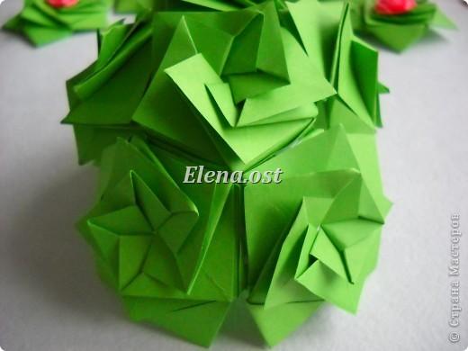 Кусудама Enrica. 60 модулей. Собираем 12 цветов-звездочек на клей по пять модулей. При квадрате 5Х5 см размер кусудамы 8 см, при 7Х7 см - 12 см. Бумагу лучше брать офисную для принтера или специальную для оригами. При копировании статьи, целиком или частично, пожалуйста, указывайте активную ссылку на источник! http://stranamasterov.ru/node/157778 http://stranamasterov.ru/user/9321  фото 38