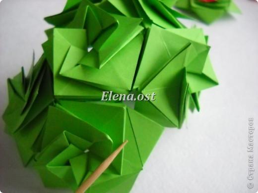 Кусудама Enrica. 60 модулей. Собираем 12 цветов-звездочек на клей по пять модулей. При квадрате 5Х5 см размер кусудамы 8 см, при 7Х7 см - 12 см. Бумагу лучше брать офисную для принтера или специальную для оригами. При копировании статьи, целиком или частично, пожалуйста, указывайте активную ссылку на источник! http://stranamasterov.ru/node/157778 http://stranamasterov.ru/user/9321  фото 39